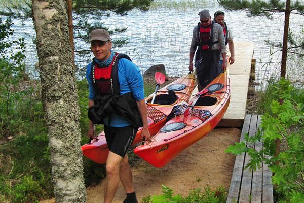 Repovesikeskuksen palveluna on kanoottien, kajakkien ja SUP-lautojen vuokraaminen. Vuokjrapalveluja saa Repoveden kansallispuiston alueelle ja muuallekin Pohjois-Kymenlaaksossa.